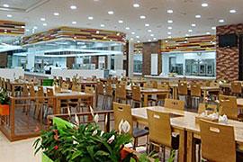 16ラインのカフェテリア。清潔で明るい雰囲気だ。2フロアにわたっており、総面積は4900平方メートルと広い