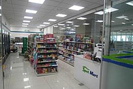コンビニの「Spot Mart」も同じ建物に入っている。広さはそれほどではないが、外に出ずにコンビニに行けるのは便利だ