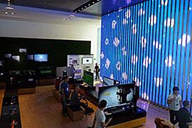 1階には、テレビやPCなど、サムスン電子の最新製品が展示されており、自由に触れることができる