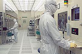 半導体製造ラインのイメージ写真。今回見学した場所とは異なるが、同じような雰囲気である。実際には、人はほとんどいない